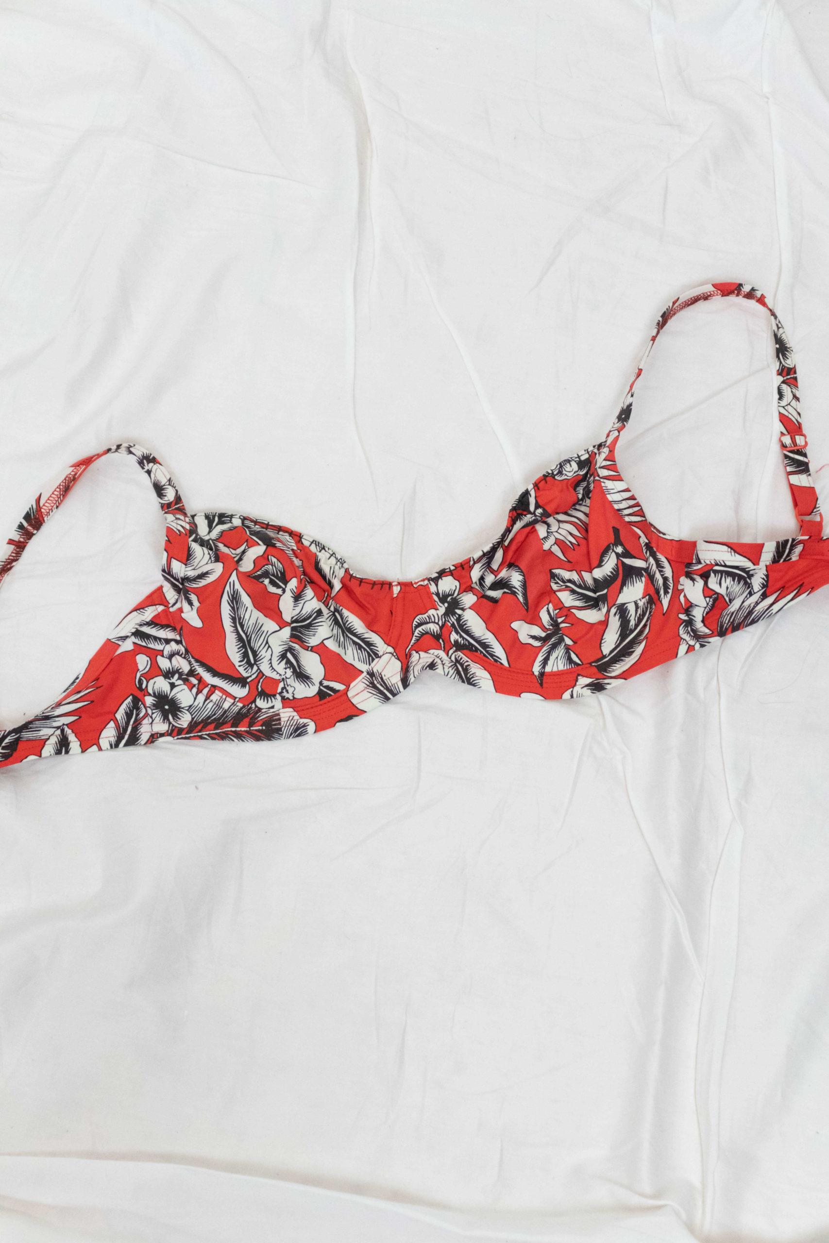 haut de maillot de bain rouge motif fleuri blanc (3)