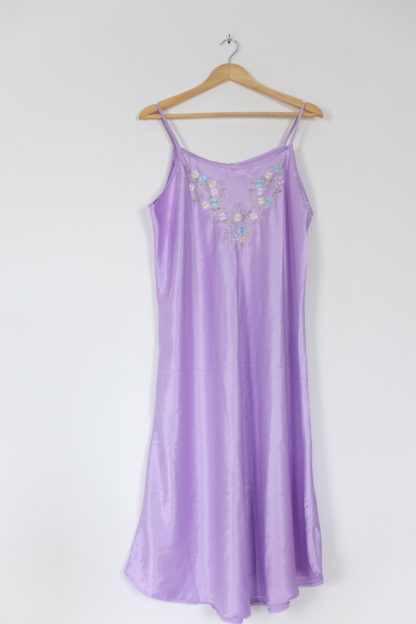 robe nuisette satinée lilas broderie fleurie (1)