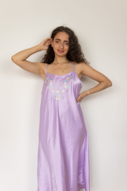 robe nuisette satinée lilas broderie fleurie (3)