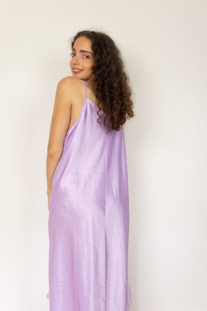robe nuisette satinée lilas broderie fleurie (4)