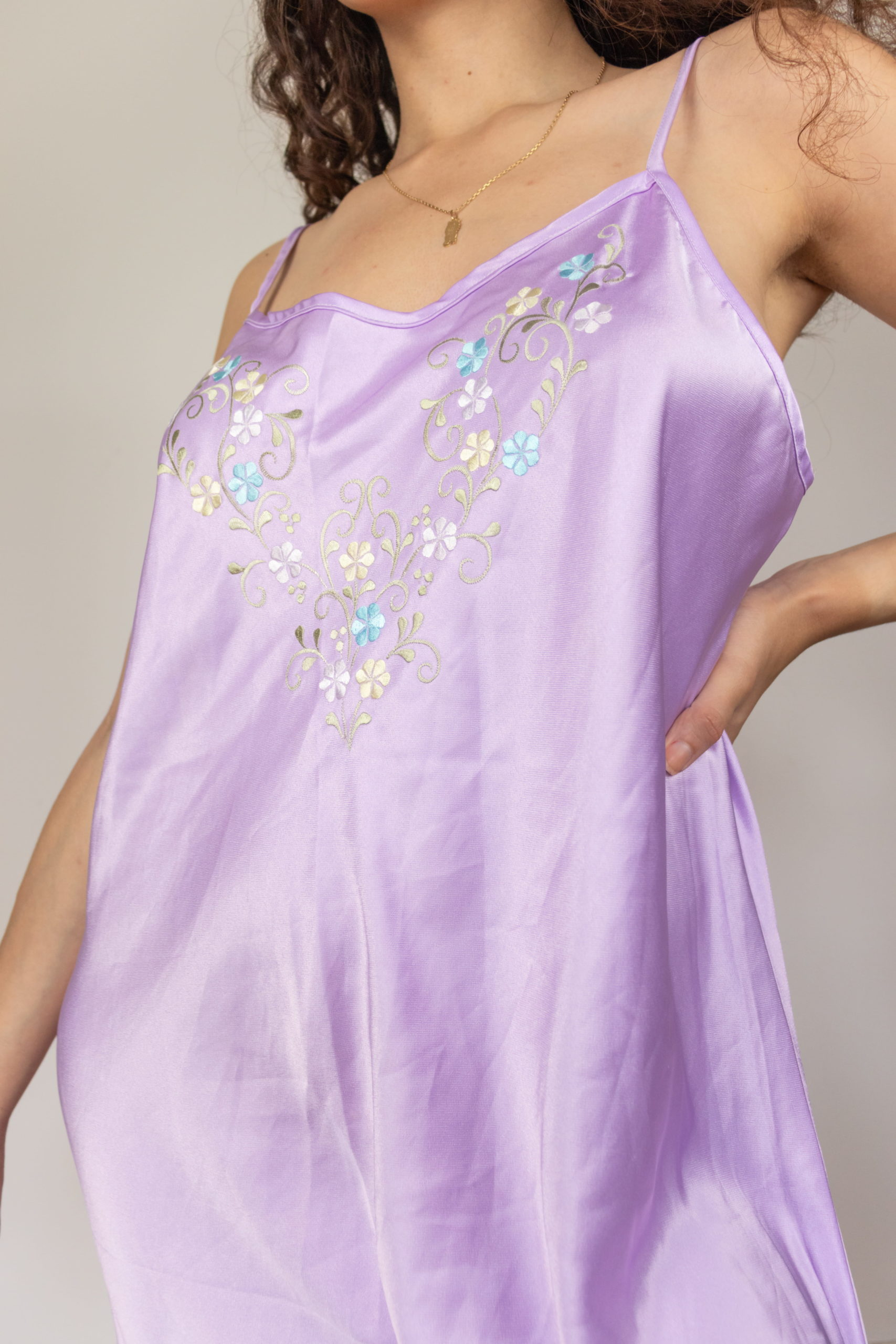 robe nuisette satinée lilas broderie fleurie (5)
