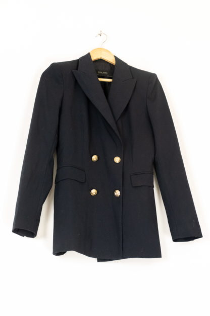 https://reyaume.com/wp-content/uploads/2020/10/blazer-noir-boutons-dores-5-scaled.jpg