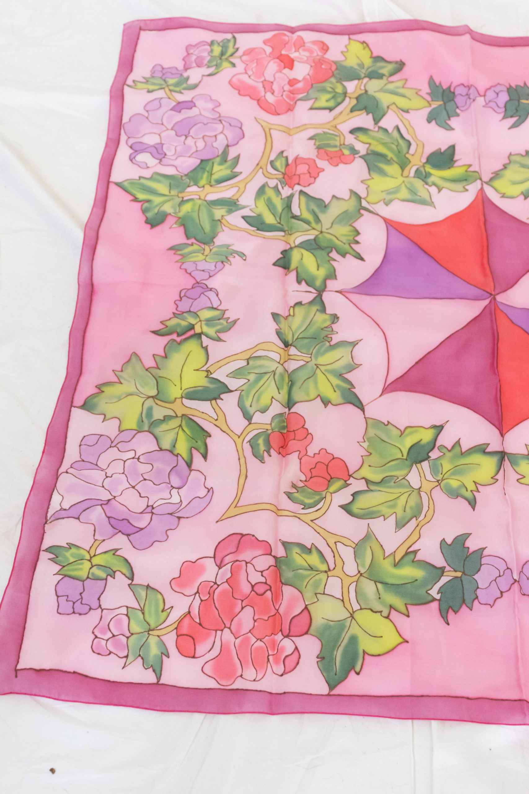 carré de soie rose à motif fleuri (1)