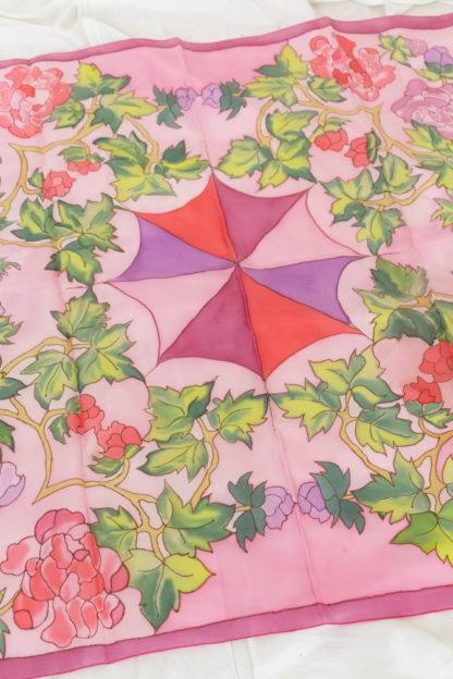 carré de soie rose à motif fleuri (2)