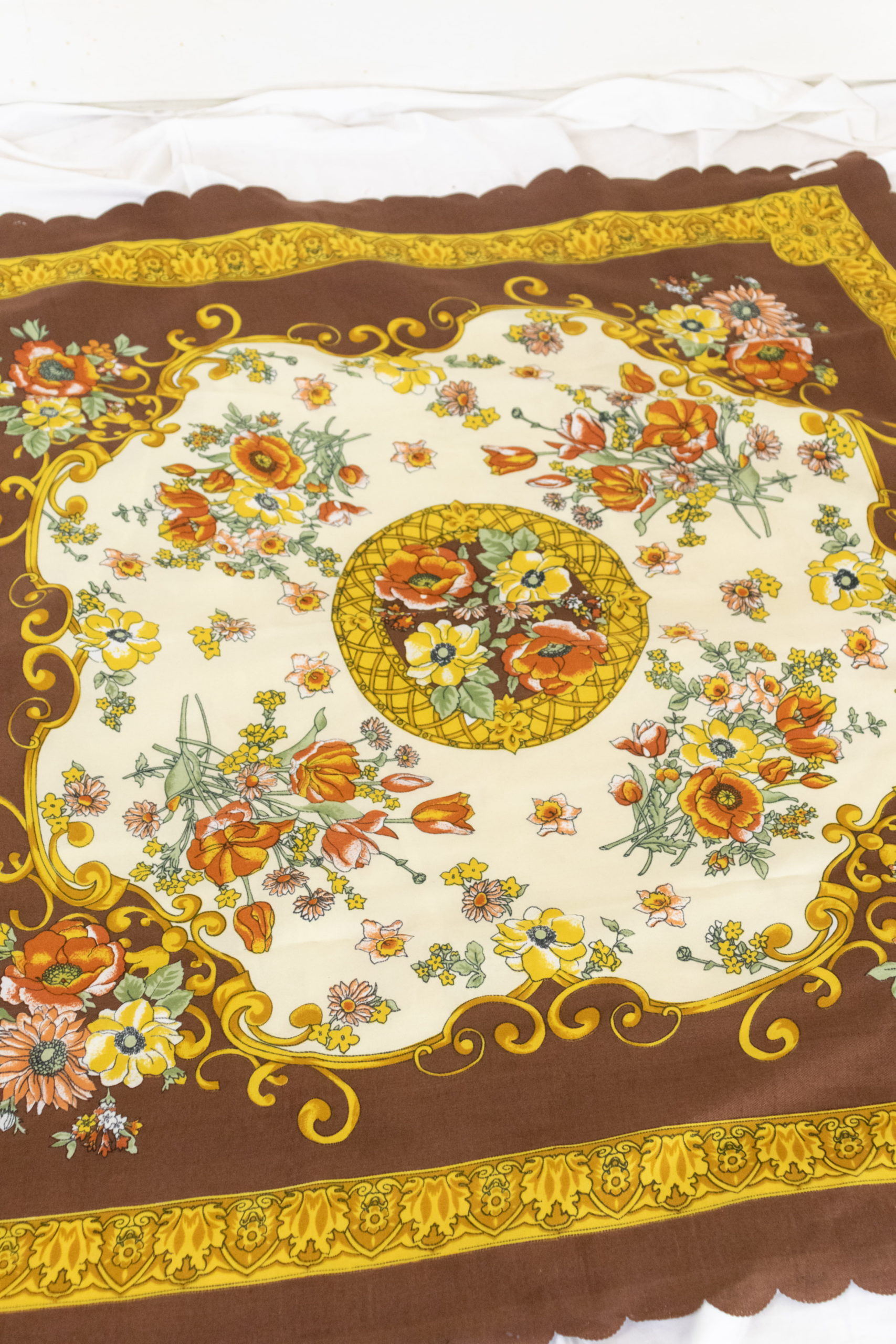 foulard marron à motif fleuri (2)
