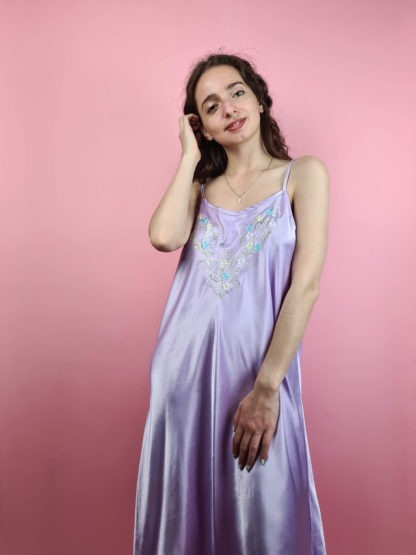 robe nuisette satinée lilas broderie fleurie (2)