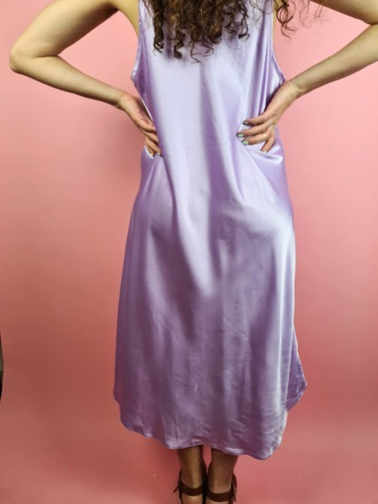 robe nuisette satinée lilas broderie fleurie (8)