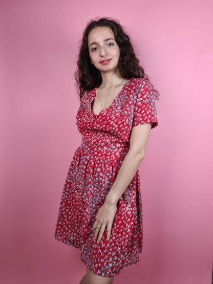 robe rouge à motif fleuri col V (1)