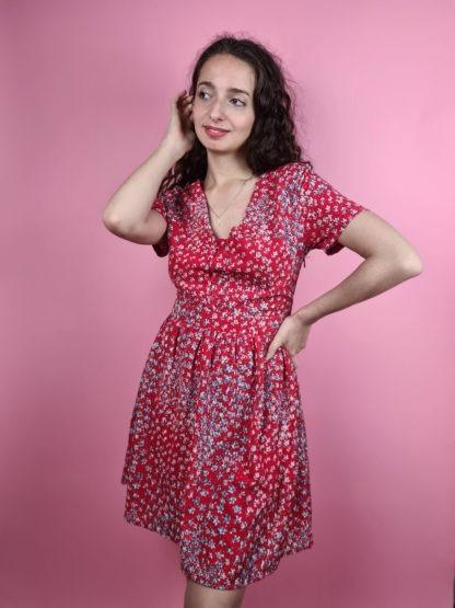 robe rouge à motif fleuri col V (3)