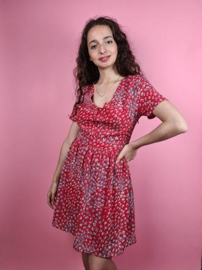 robe rouge à motif fleuri col V (4)