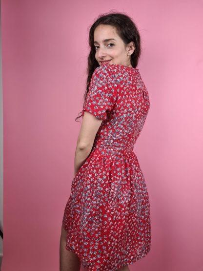 robe rouge à motif fleuri col V (5)